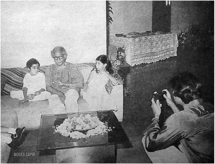 India Tv - Amitabh Bachchan with father Harivansh Rai Bachchan and kids Shweta and Abhishek