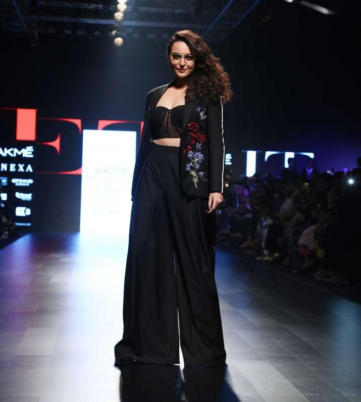 India Tv - Sonakshi Sinha at LFW