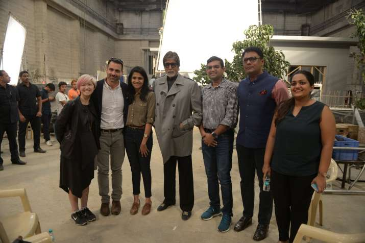 Amitabh Bachchan poses with Twitter officials