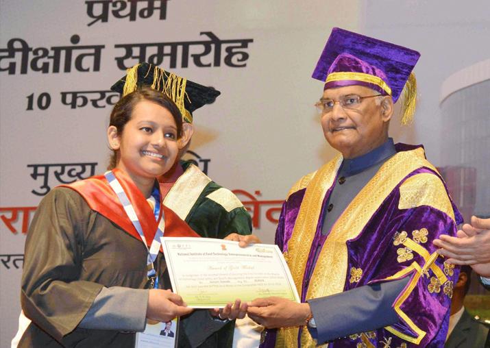 President Ram Nath Kovind presents a certificate to a