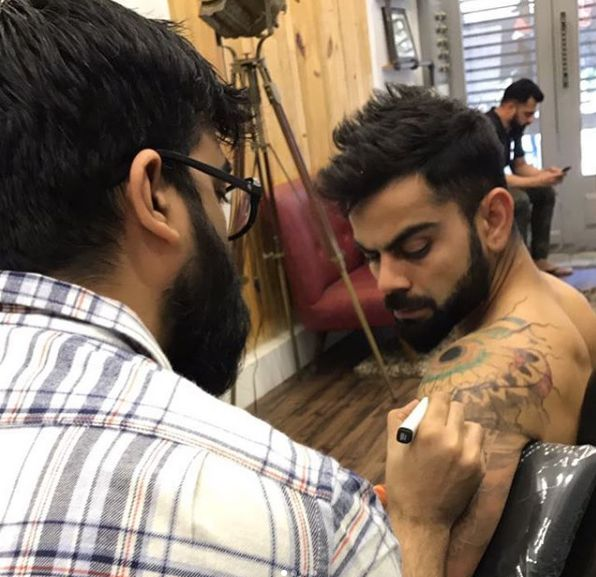 India Tv - Artist Allan Gois inking a new tattoo on Virat Kohli's body