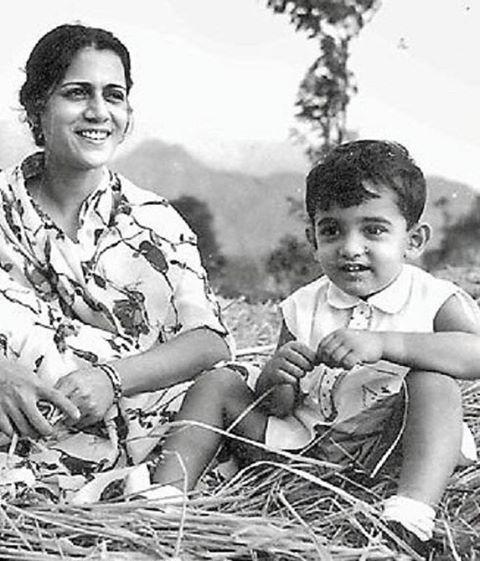 India Tv - Aamir Khan having fun with mom Zeenat Hussain.