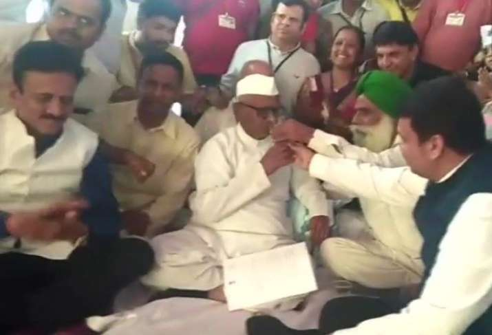Anna Hazare ends hunger strike after meeting Maharashtra