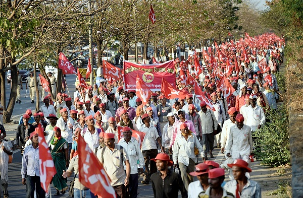Farmers of All Indian Kisan Sabha (AIKS) march from Nashik to Mumbai to gherao Vidhan Bhawan