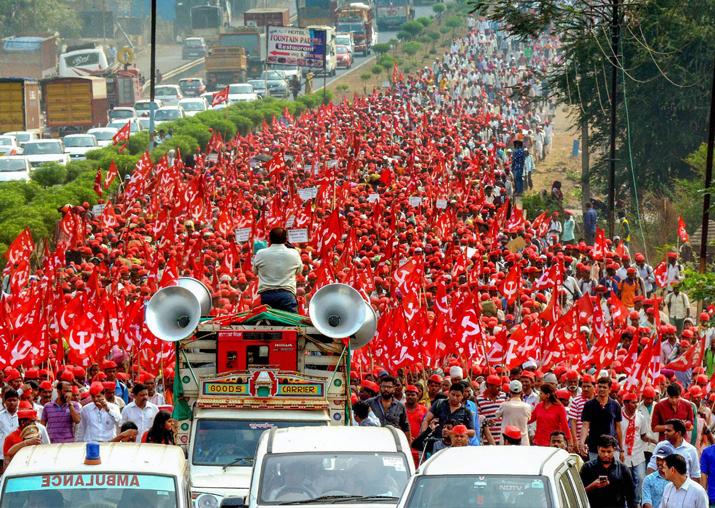 Farmers of All Indian Kisan Sabha (AIKS) march from Nashik