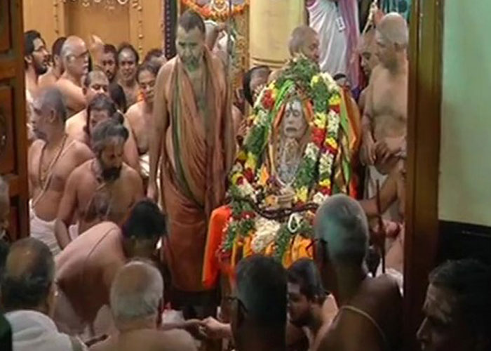 Thousands pay homage to Kanchi seer Jayendra Saraswati.