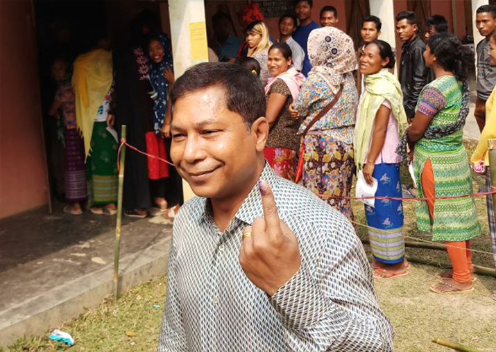 India Tv - Meghalaya CM Mukul Sangma shows his finger marked with phosphoric ink after casting vote during Meghalaya Assembly elections on Feb 27