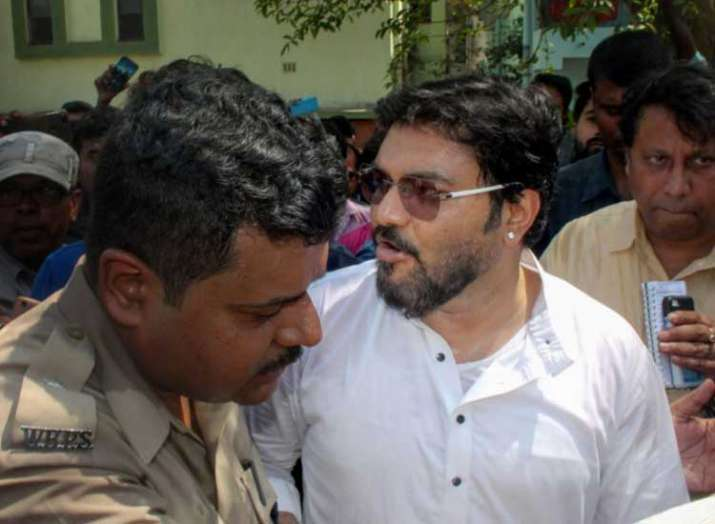 India Tv - Police stops Babul Supriyo from visiting a relief camp in Kalyanpuri