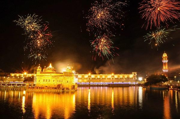 India Tv - Splendid fireworks dance across the sky at the Golden Temple in Amritsar