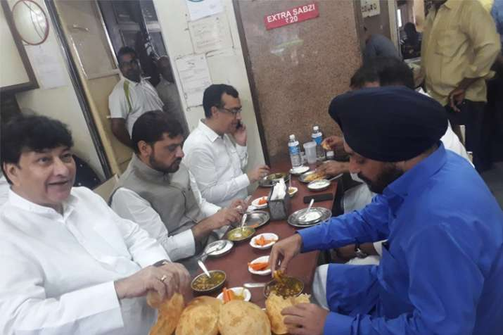 Photo of Congress leaders eating at a Delhi restaurant