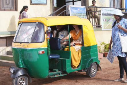 India Tv - Amitabh Bachchan and Shweta Bachchan Nanda taking auto-rickshaw ride