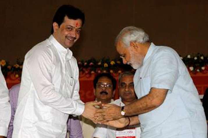 Spiritual leader Bhaiyyuji Maharaj shoots himself ...