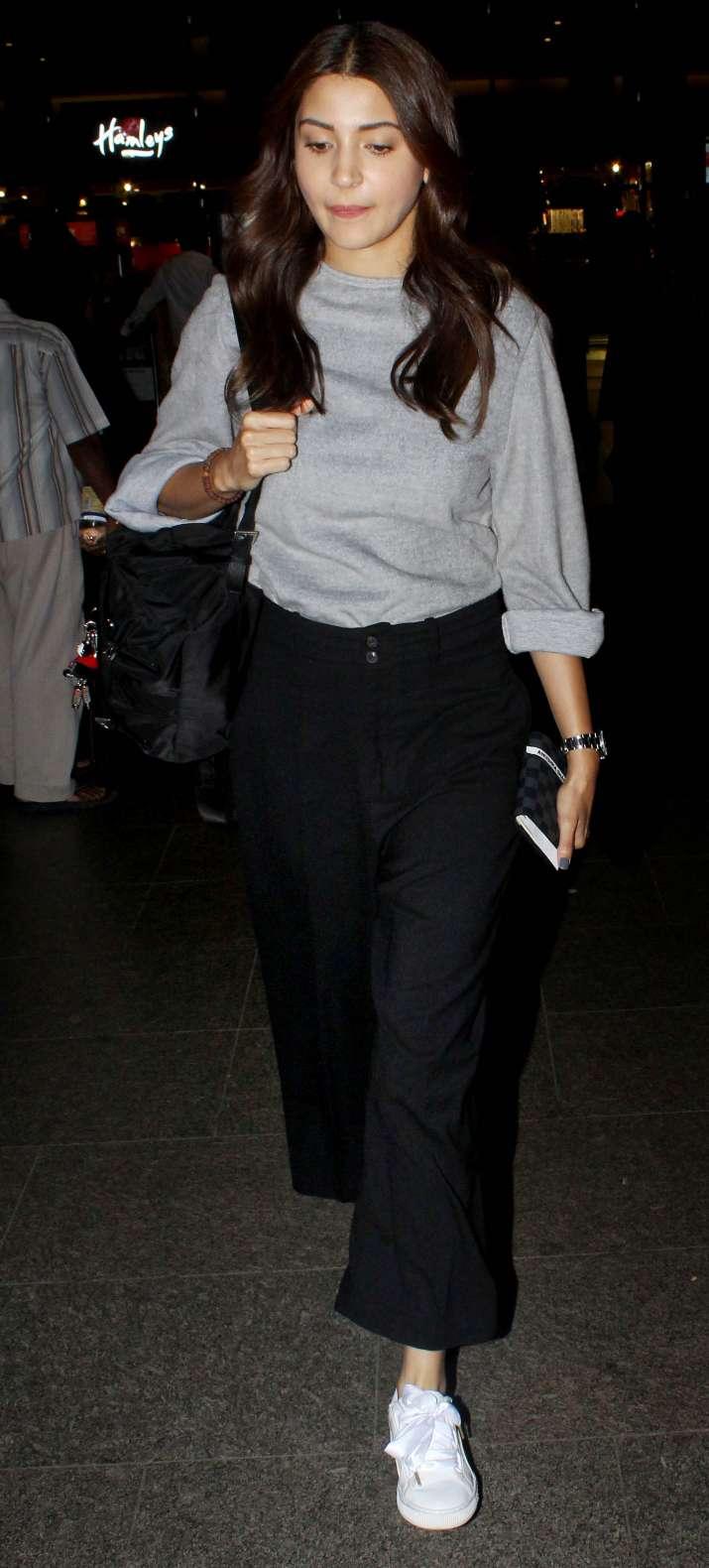 India Tv - Anushka Sharma was wearing agreyloose top with black casual pants.