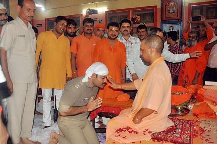 Cop kneels down before Yogi Adityanath