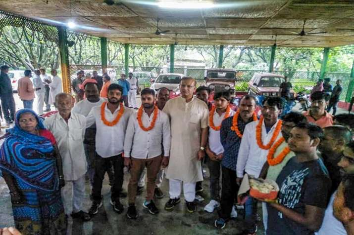 India Tv - Union Minister of State for Civil Aviation Jayant Sinha with the lynching convicts at his residence after they were released on bail in Ramgarh, Jharkhand on Saturday.