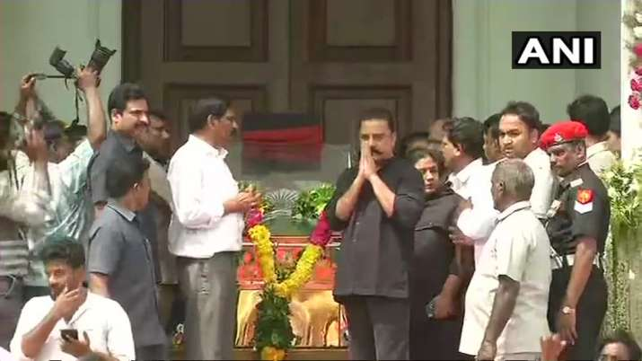 India Tv - Actor-turned-politician Kamal Haasan pays last respects to former CM M Karunanidhi at Chennai's Rajaji Hall.