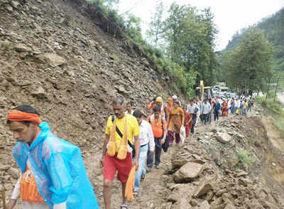 700 pilgrims stranded on Uttarakhand highway after landslide