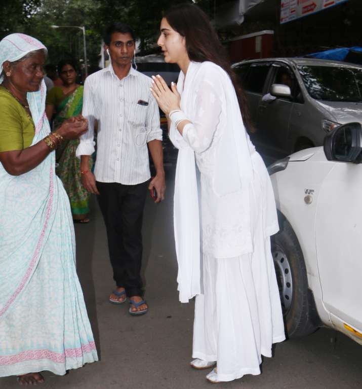 India Tv - Sara Ali Khan offering alms to a woman at temple