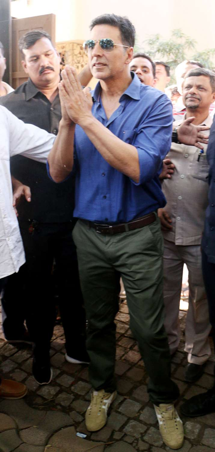 India Tv - Akshay Kumar greets fans outside his house on 51st birthday