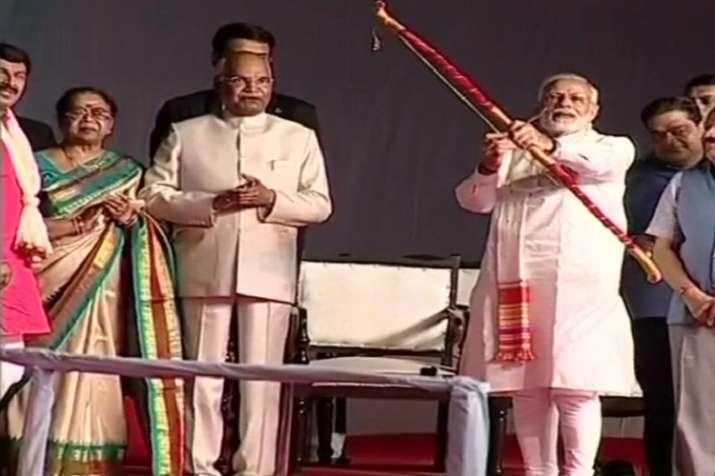 Dussehra 2018 celebrations : PM Modi burns effigy of Ravan