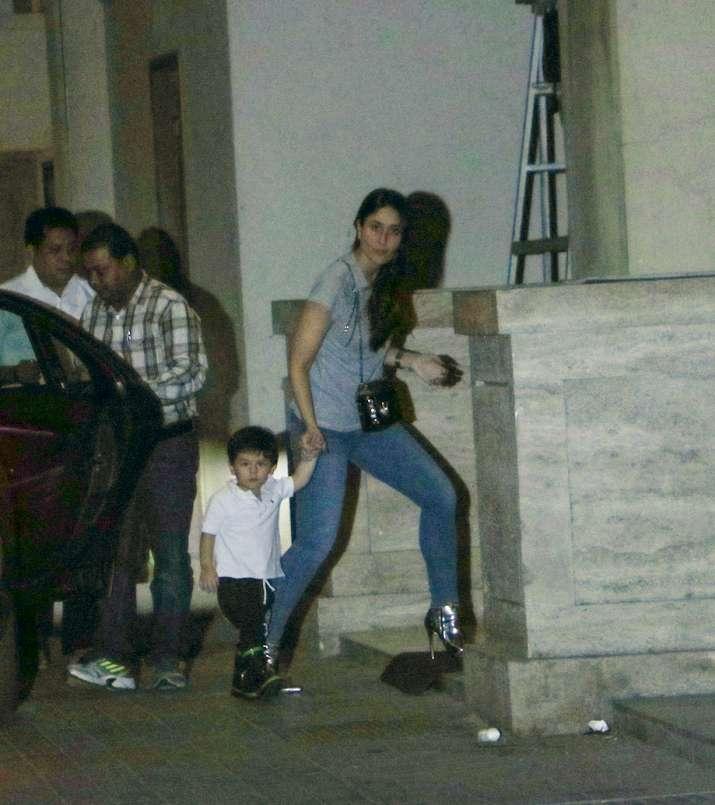 India Tv - Kareena Kapoor Khan spotted at Amrita Arora's house.