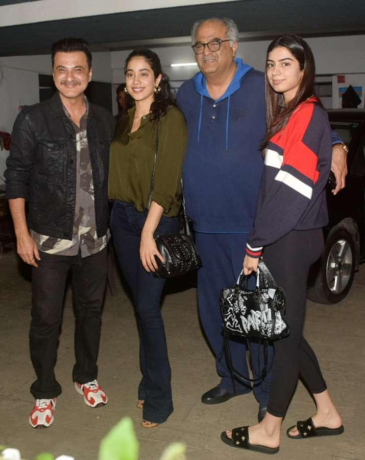 India Tv - (Left to Right) Sanjay Kapoor, Janhvi Kapoor, Boney Kapoor and Khushi Kapoor