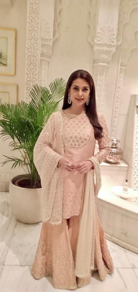 India Tv - Isn't she the most gorgeous? Juhi Chawla atShah Rukh Khan'Diwalili party