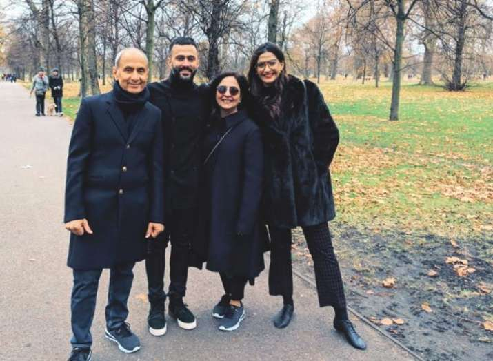 Sonam Kapoor Ahuja's stunning picture with husband Anand Ahuja & family