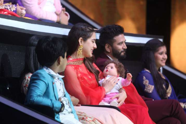 India Tv - Even when Sara Ali Khan came down from the stage, she wouldn't let go of the doll.