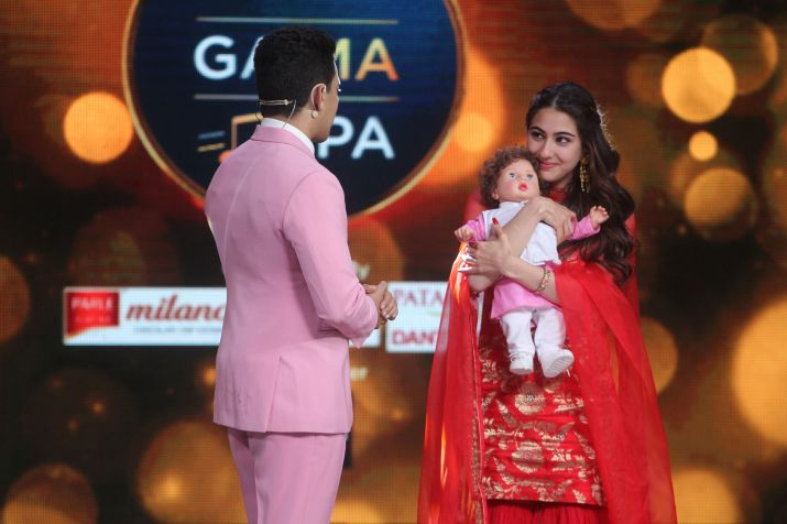 India Tv - Sara Ali Khan receives Taimur Doll on reality show
