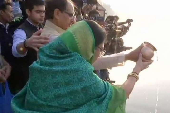 India Tv - Shivraj Singh Chouhan offers prayer along with his wife and son on the banks of Narmada river . (Photo/ANI)