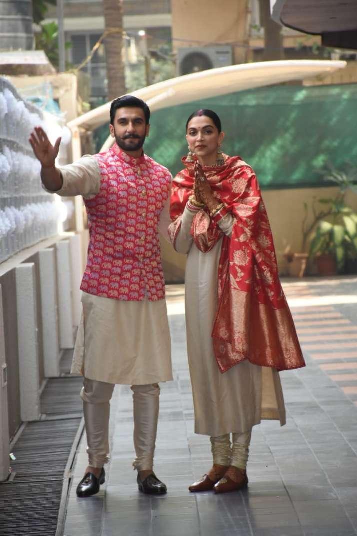 India Tv - Ranveer, Deepika greet fans