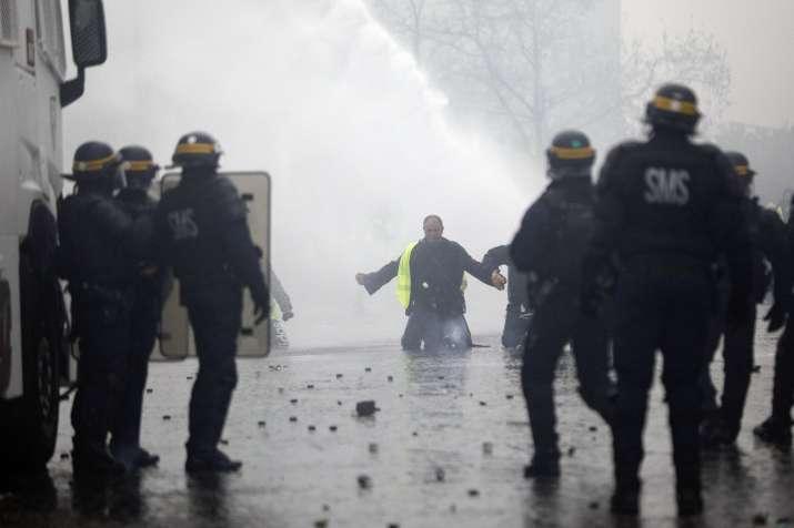 India Tv - Violent protests in Paris