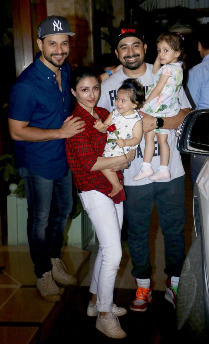 India Tv - Soha Ali Khan, Kunal Kemmu with Inaaya Naumi Kemmu. Rannvijay Singha also arrived with daughter Kainaat.