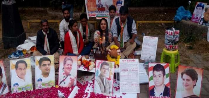 India Tv - Congress workers perform 'hawan' outside Rahul Gandhi's residence in Delhi as counting of votes in five states underway.