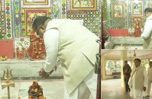 India Tv - Rajasthan Home Minister Gulab Chand Kataria offers prayers before casting his vote. (Photo/ANI)