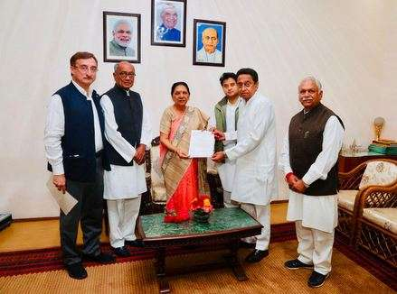 India Tv - Congress delegation met Governor Anandiben Patel to stake claim to form the government in Madhya Pradesh.