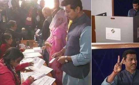 India Tv - Union Minister Rajyavardhan Singh Rathore casts vote in Jaipur.