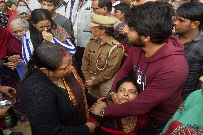 Rajani, wife of slain Police Inspector Subodh Kumar Singh,