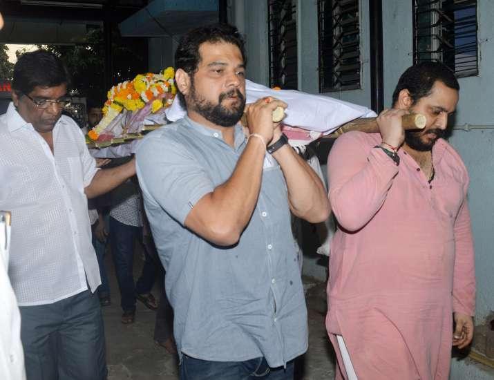 India Tv - Nana Patekar performs last rites of his mother Nirmala Patekar