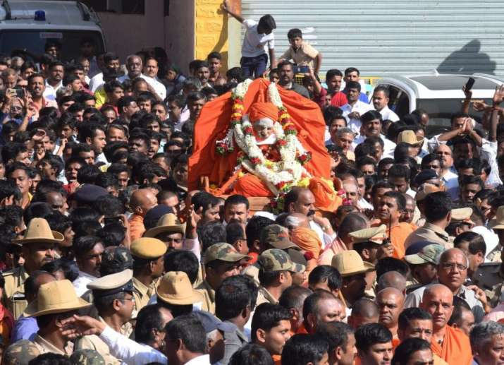 Bengaluru: Devotees carry the body of Hindu spiritual