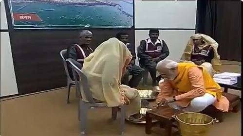 PM Modi washes feet of sanitation workers