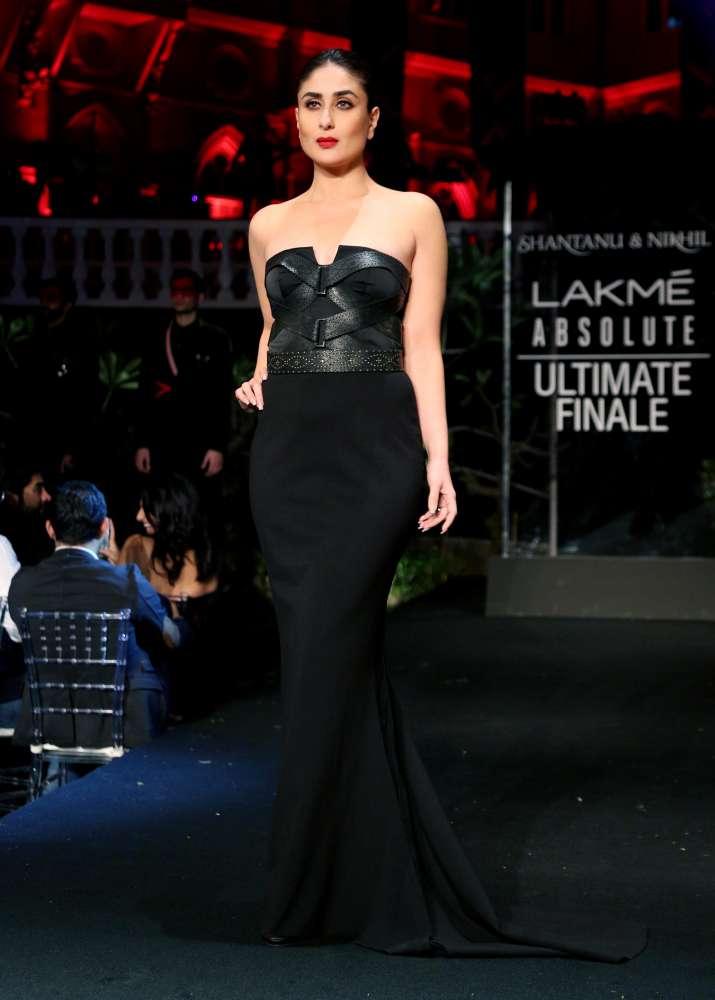 India Tv - Lakme Fashion Week 2019 Finale: Showstopper Kareena Kapoor Khan sports bold and glamorous avatar