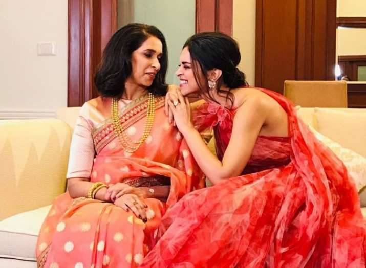 Deepika Padukone tries to make her mother Ujjala Padukone smile in these adorable pictures