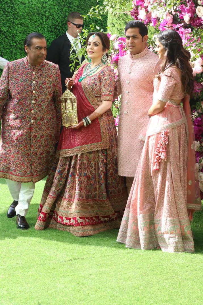 India Tv - Akash Ambani and Shloka Mehta wedding 2019:  The Ambani family pose together