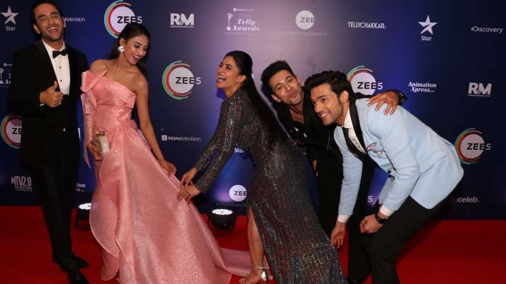 India Tv - Erica Fernandes, Parth Samthaan and Vikas Gupta have some fun on Indian Telly Awards red carpet.