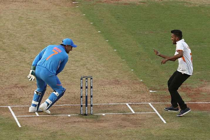 Run for a hug: Fan breaks security for embrace from MS Dhoni in 2nd ODI