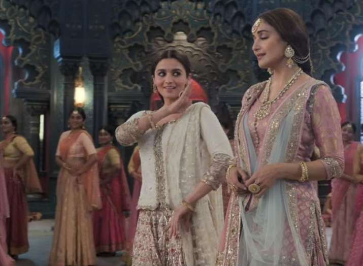 India Tv - Alia Bhatt and Madhuri Dixit dance in Kalank