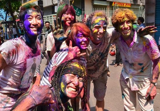 India Tv - Foreigners play holi during holi festival celebrations, in Kolkata