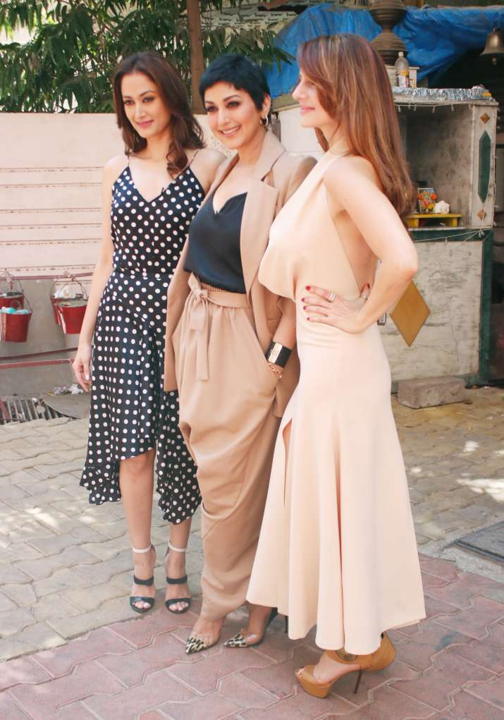India Tv - Sonali Bendre poses with friends